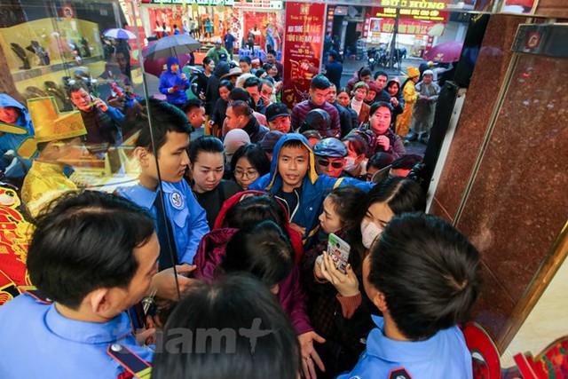 Dân Hà Nội đội mưa xếp hàng sớm mua vàng ngày Thần tài  - Ảnh 6.