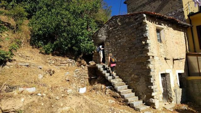 Để tránh trở thành thị trấn ma, ngôi làng Italia quyết định bán nhà với giá 1 euro - Ảnh 1.