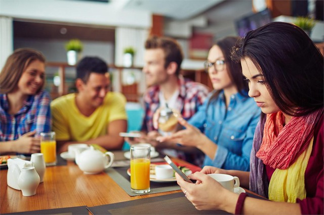 Ngẩng đầu lên con người: Smartphone đang hủy hoại cảm xúc và phong cách sống của chúng ta như thế nào? - Ảnh 1.
