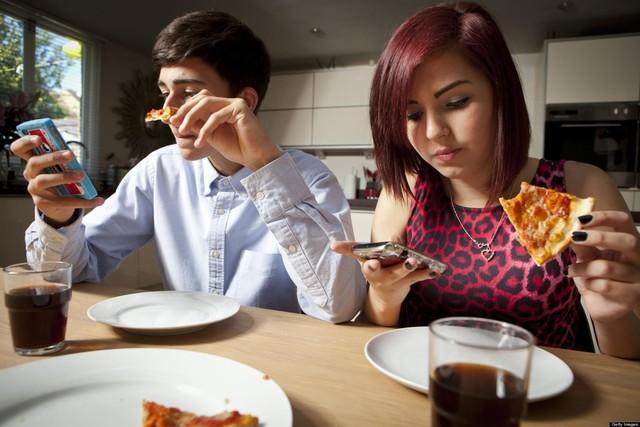 Ngẩng đầu lên con người: Smartphone đang hủy hoại cảm xúc và phong cách sống của chúng ta như thế nào? - Ảnh 2.