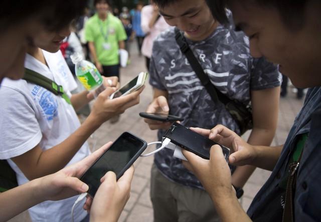 Ngẩng đầu lên con người: Smartphone đang hủy hoại cảm xúc và phong cách sống của chúng ta như thế nào? - Ảnh 3.