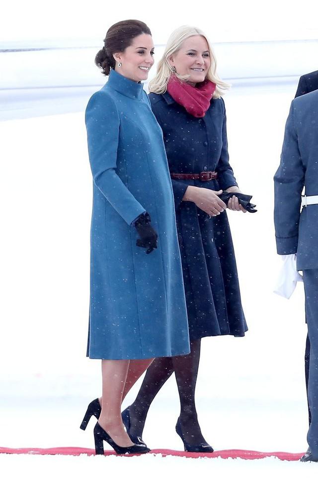 Công nương Kate Middleton không bao giờ cởi áo khoác tại nơi công cộng và lý do bất ngờ đằng sau quy tắc này - Ảnh 3.