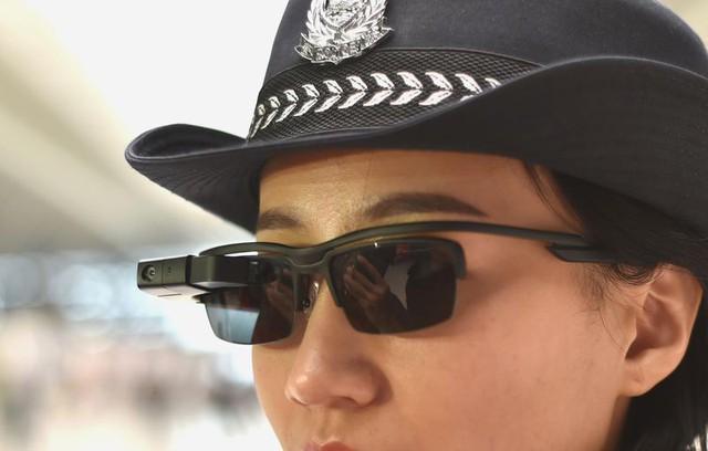 Ở Trung Quốc, cảnh sát đã có kính thông minh để theo dõi và nhận diện tội phạm - Ảnh 1.