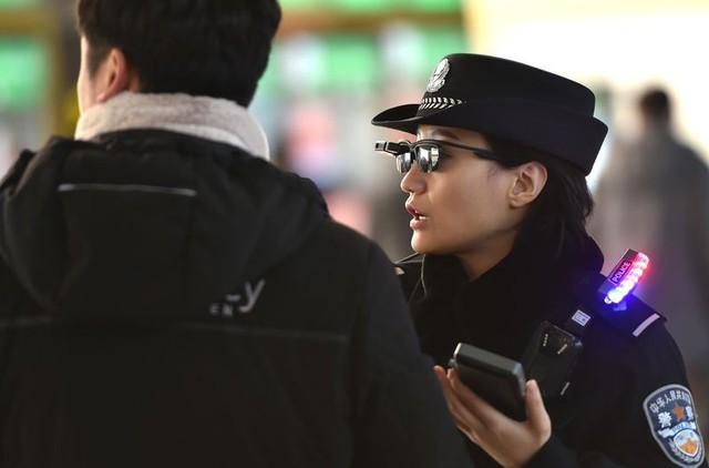 Ở Trung Quốc, cảnh sát đã có kính thông minh để theo dõi và nhận diện tội phạm - Ảnh 2.