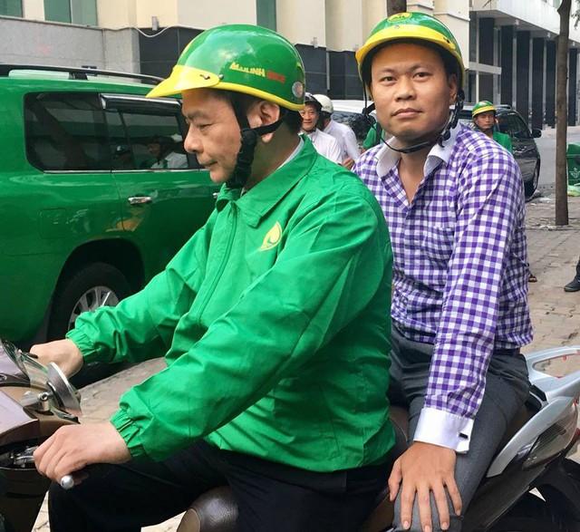 Chủ tịch Mai Linh bất ngờ ngồi SH chạy xe ôm - Ảnh 2.