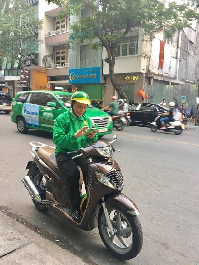 Chủ tịch Mai Linh bất ngờ ngồi SH chạy xe ôm - Ảnh 1.
