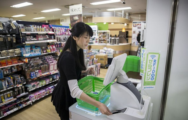 Rủi ro giảm phát và câu chuyện không đủ tiền thuê nhân công của ngành bán lẻ Nhật Bản - Ảnh 2.
