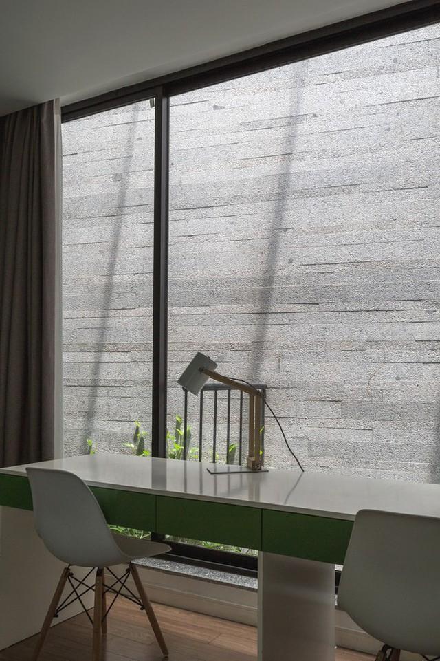 Ngôi nhà nhìn đâu cũng thấy cây xanh và có hẳn một vườn rau trên sân thượng cực rộng ở Hà Nội - Ảnh 13.