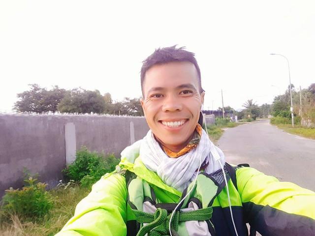 Chàng trai Phú Yên đi bộ xuyên Việt trong 113 ngày đêm chỉ với 100k và 1 cây đàn guitar - Ảnh 6.
