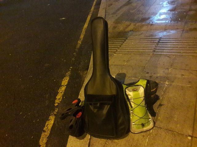 Chàng trai Phú Yên đi bộ xuyên Việt trong 113 ngày đêm chỉ với 100k và 1 cây đàn guitar - Ảnh 7.