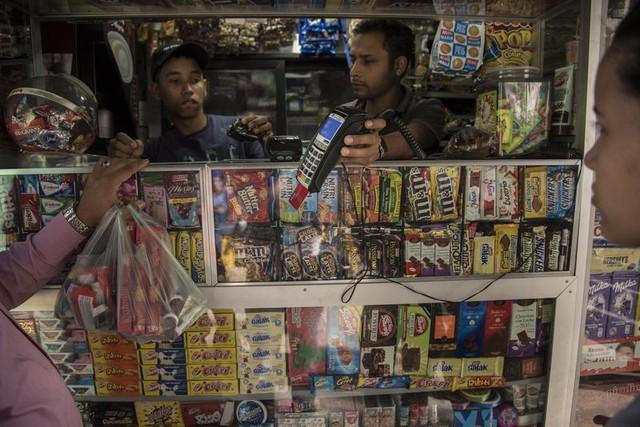 Siêu lạm phát tồi tệ đến mức khó tin ở Venezuela: Giá một lát bánh lên tới 7,8 chữ số, máy cà thẻ không thể đọc được! - Ảnh 1.
