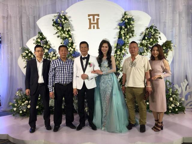 Bất ngờ với đám cưới ngập sắc xanh trắng của Shark Hưng và cô bạn gái xinh đẹp - Ảnh 4.