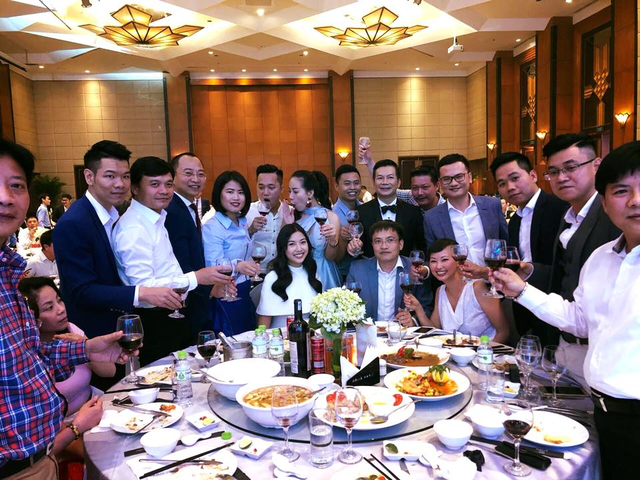 Bất ngờ với đám cưới ngập sắc xanh trắng của Shark Hưng và cô bạn gái xinh đẹp - Ảnh 6.