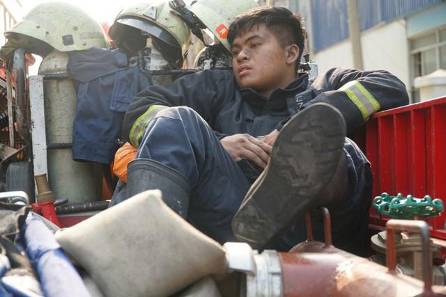 Trong nỗi đau tận cùng của vụ cháy chung cư Carina, xin đừng quên nói cảm ơn tới những anh hùng cứu hỏa... - Ảnh 3.