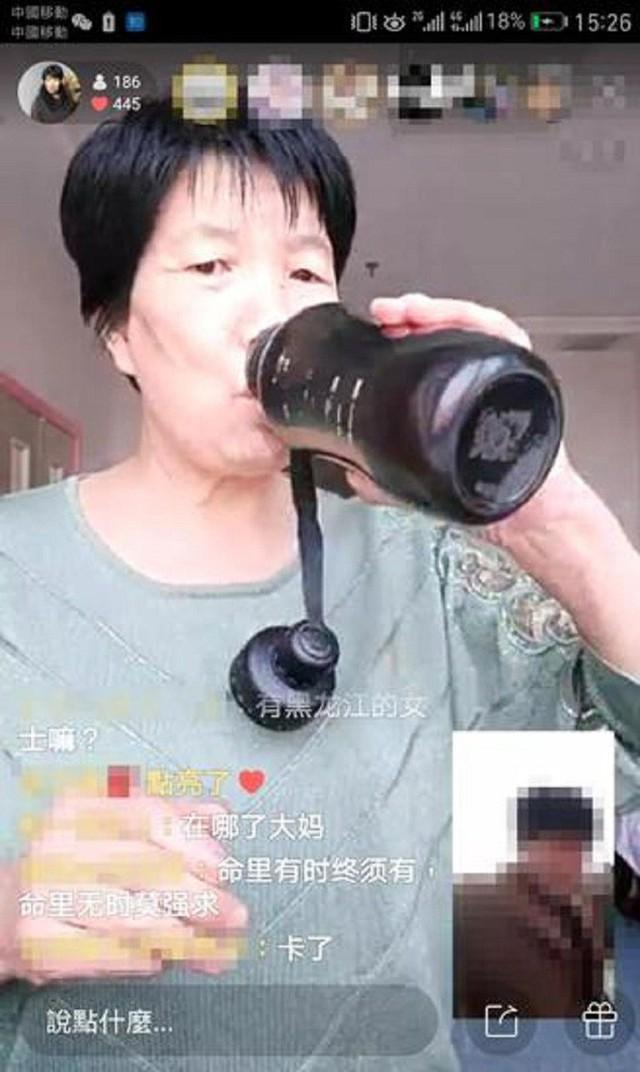 Làm bà mối online, người phụ nữ 58 tuổi trở thành hiện tượng live-stream ở Trung Quốc, thu nhập 1 triệu/ngày - Ảnh 2.