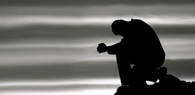 Ngồi ôm túi tiền nhặt được suốt nhiều giờ, chàng trai không ngờ việc này đã cứu mạng mình - Ảnh 1.