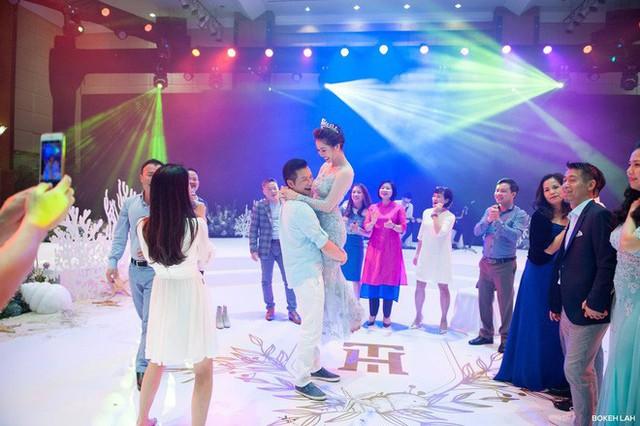 Cận cảnh đám cưới kỳ công xanh màu đại dương của Shark Hưng và cô dâu Á hậu - Ảnh 24.