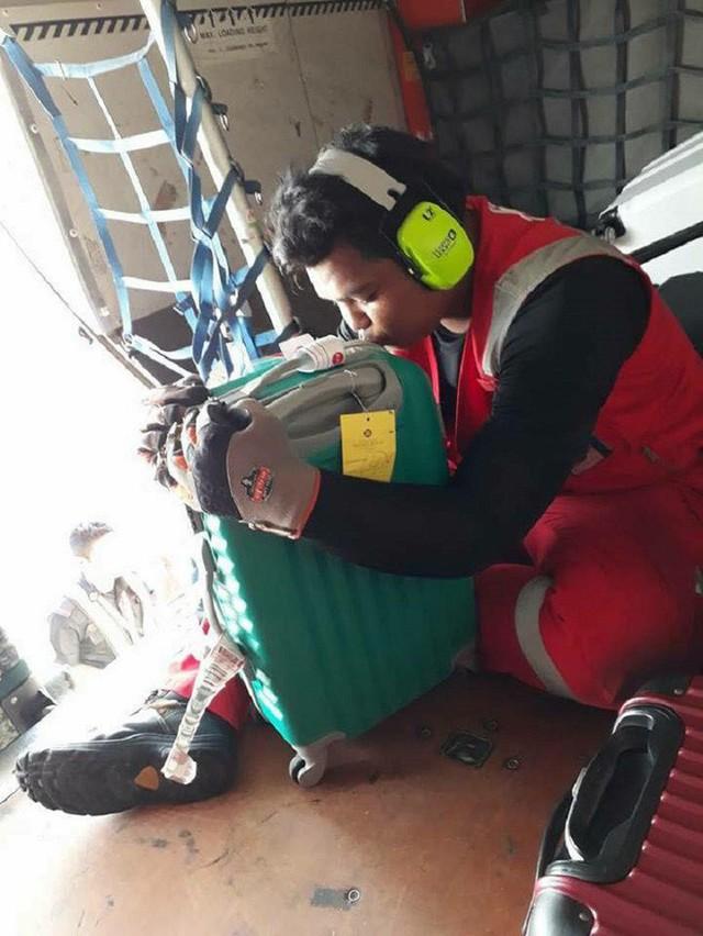 Nhân viên bốc xếp của AirAsia phải ôm, hôn từng chiếc vali sau khi bị tố quăng quật hành lý - Ảnh 2.