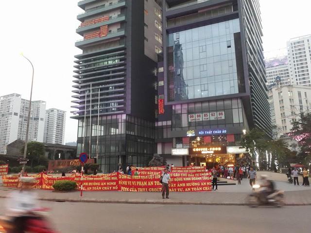 Hà Nội: Cư dân chung cư Hei Tower căng băng rôn phản ánh Trill Group vi phạm an toàn cháy nổ, chủ nhà hàng nói gì? - Ảnh 5.