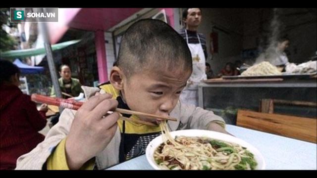 Cho cậu bé ăn xin bát mì, nửa tháng sau, 1 sự cố xảy ra đã thay đổi cuộc đời chủ quán - Ảnh 1.