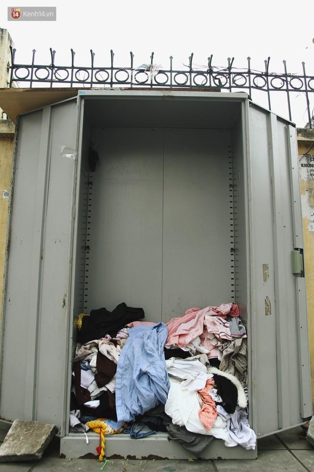 Cái kết buồn của tủ quần áo ai thừa ủng hộ, ai thiếu đến lấy ở Hà Nội: Người gom đồ từ thiện đi bán, người tặng cả áo rách, quần lót cũ - Ảnh 11.