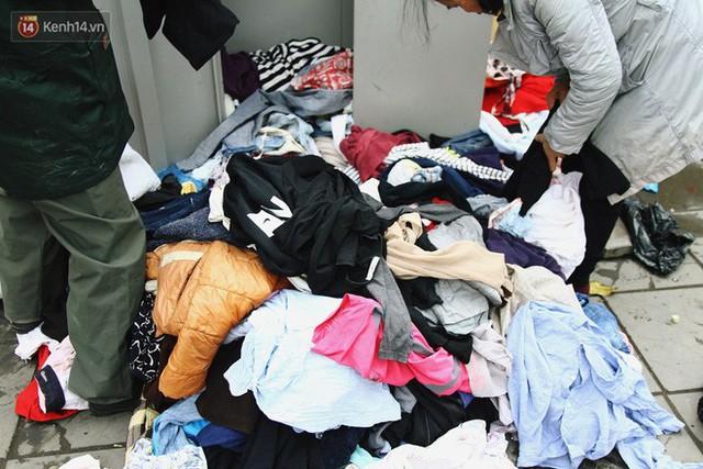 Cái kết buồn của tủ quần áo ai thừa ủng hộ, ai thiếu đến lấy ở Hà Nội: Người gom đồ từ thiện đi bán, người tặng cả áo rách, quần lót cũ - Ảnh 4.