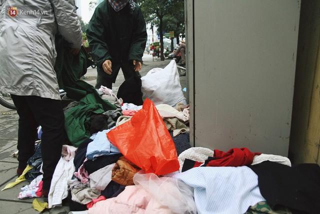 Cái kết buồn của tủ quần áo ai thừa ủng hộ, ai thiếu đến lấy ở Hà Nội: Người gom đồ từ thiện đi bán, người tặng cả áo rách, quần lót cũ - Ảnh 6.