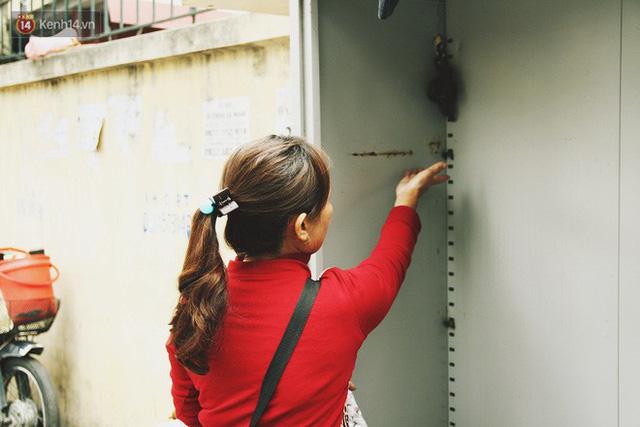 Cái kết buồn của tủ quần áo ai thừa ủng hộ, ai thiếu đến lấy ở Hà Nội: Người gom đồ từ thiện đi bán, người tặng cả áo rách, quần lót cũ - Ảnh 8.