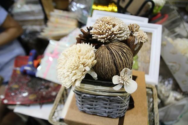 Kiếm tiền từ quà lưu niệm handmade dịp 8/3, xinh xẻo như vậy ai biết rằng chúng được làm từ hạt dưa, vỏ dừa, lá sen...  - Ảnh 5.