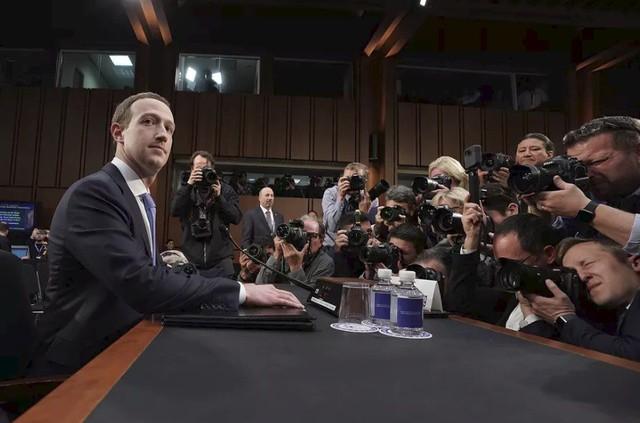 Mark Zuckerberg và hành trình ngoạn mục từ áo hoodie tới vest đen lịch lãm - Ảnh 1.
