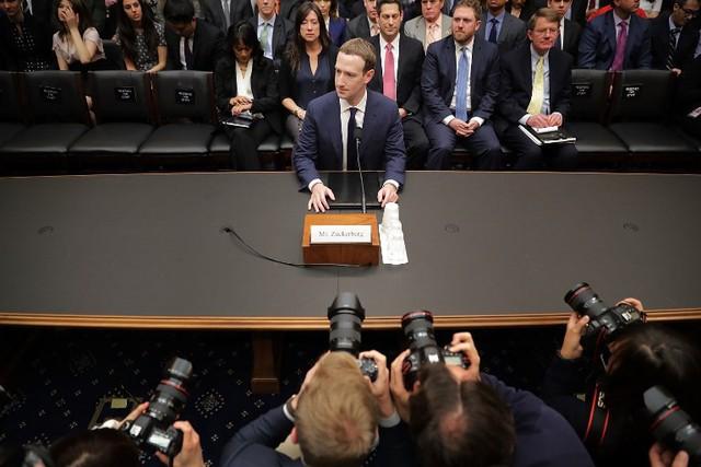 9 câu hỏi nực cười và kỳ cục nhất mà Mark Zuckerberg phải trả lời trước Quốc hội Mỹ - Ảnh 2.