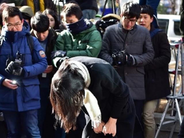 Hất nước vào mặt nhân viên, thiên kim của Korean Air bị netizen Hàn chỉ trích dữ dội vì quá phách lối - Ảnh 2.