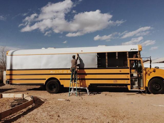 Bán nhà cửa, bỏ gần 1 tỷ đồng mua xe bus cũ, cặp vợ chồng bỏ lại tất cả đưa con đi chu du khắp đất nước - Ảnh 1.