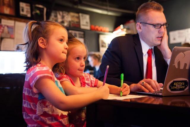 Chiêu thức nhỏ giữ chân nhân sự: Thay vì cứ mua quà tặng trẻ con ngày 1/6, CEO Việt yêu cầu tất cả lãnh đạo ngưng tiếp khách trong 2 giờ, để tiếp chuyện con các nhân viên từ cấp thấp nhất - Ảnh 1.