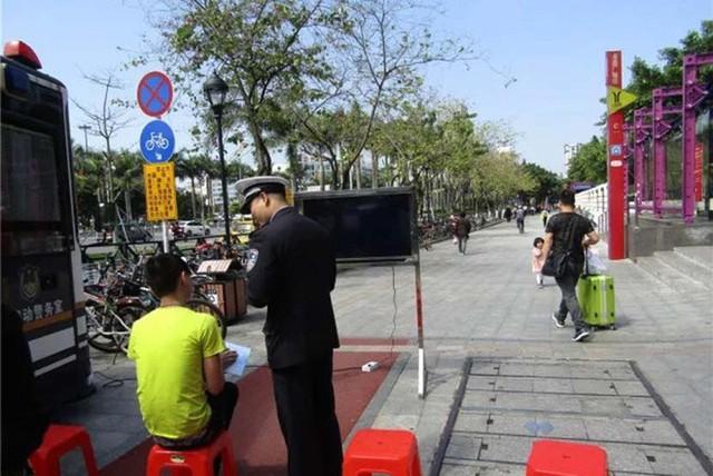 Trung Quốc: Người đi bộ sai luật sẽ phải lên mạng xã hội để công khai xin lỗi - Ảnh 1.
