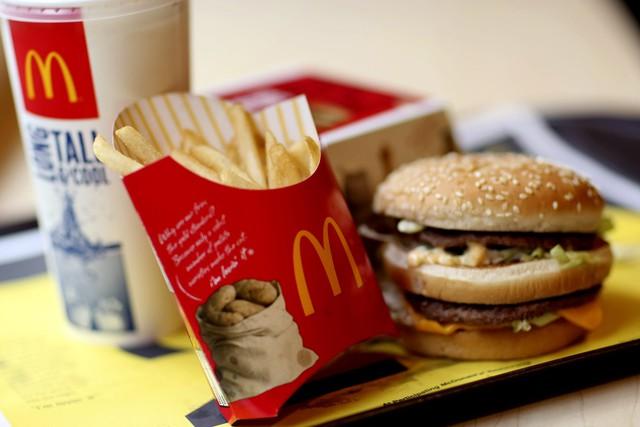 Bí ẩn phía sau cuộc đua giảm giá 'đến đáy' của McDonald's, KFC, Burger King…: Làm sao có lãi từ chiếc burger 1 USD khi tiền công nhân viên đã là 10 USD/h? - Ảnh 2.