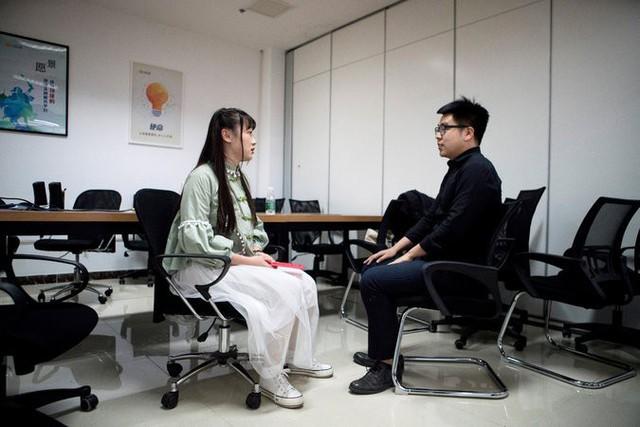 Nghề lập trình hot nhưng lại quá vất vả, các doanh nghiệp công nghệ Trung Quốc đua nhau tuyển nữ nhân viên massage thư giãn cho các coder, lương bổng gần 1000 USD/tháng - Ảnh 1.