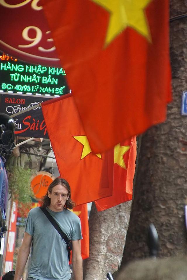 Phố phường Hà Nội rực rỡ cờ đỏ sao vàng mừng ngày thống nhất Nhịp sống Thủ đô - Ảnh 2.
