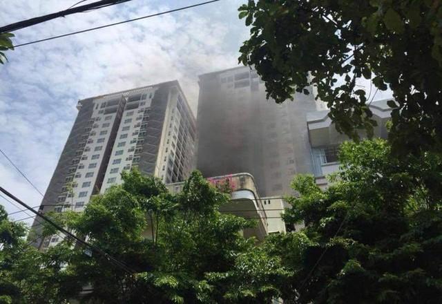 Cháy chung cư cao cấp ở Đà Nẵng, người dân hoảng hốt chạy thoát thân - Ảnh 1.
