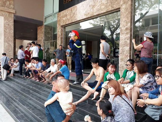 Cháy chung cư cao cấp ở Đà Nẵng, người dân hoảng hốt chạy thoát thân - Ảnh 2.