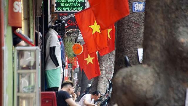Phố phường Hà Nội rực rỡ cờ đỏ sao vàng mừng ngày thống nhất Nhịp sống Thủ đô - Ảnh 11.