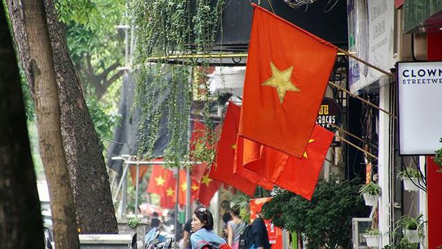 Phố phường Hà Nội rực rỡ cờ đỏ sao vàng mừng ngày thống nhất Nhịp sống Thủ đô - Ảnh 12.