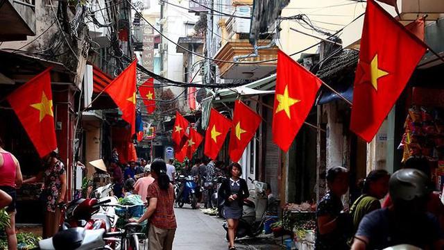 Phố phường Hà Nội rực rỡ cờ đỏ sao vàng mừng ngày thống nhất Nhịp sống Thủ đô - Ảnh 13.