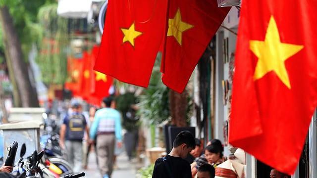 Phố phường Hà Nội rực rỡ cờ đỏ sao vàng mừng ngày thống nhất Nhịp sống Thủ đô - Ảnh 14.
