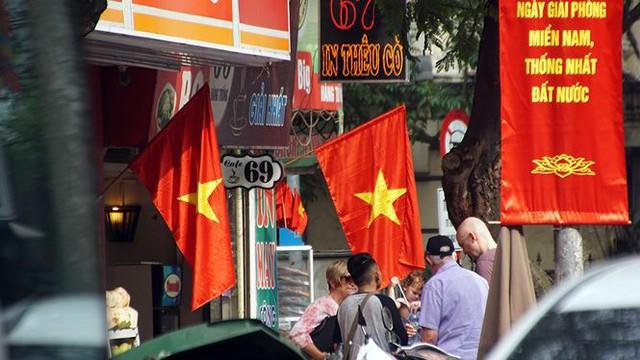 Phố phường Hà Nội rực rỡ cờ đỏ sao vàng mừng ngày thống nhất Nhịp sống Thủ đô - Ảnh 4.