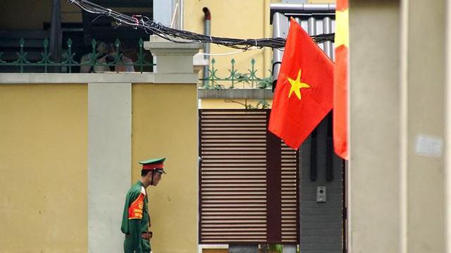 Phố phường Hà Nội rực rỡ cờ đỏ sao vàng mừng ngày thống nhất Nhịp sống Thủ đô - Ảnh 7.