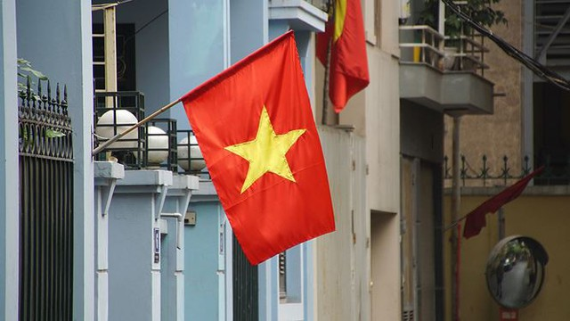 Phố phường Hà Nội rực rỡ cờ đỏ sao vàng mừng ngày thống nhất Nhịp sống Thủ đô - Ảnh 9.