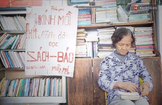 Cụ bà 73 tuổi trích lương hưu làm quầy sách báo miễn phí giữa Hà Nội: Từ lúc mở đến nay, ngày nào cũng nhận được quà - Ảnh 1.