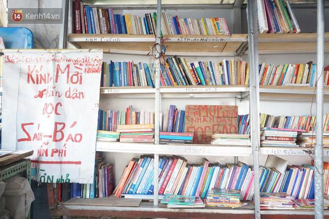 Cụ bà 73 tuổi trích lương hưu làm quầy sách báo miễn phí giữa Hà Nội: Từ lúc mở đến nay, ngày nào cũng nhận được quà - Ảnh 3.