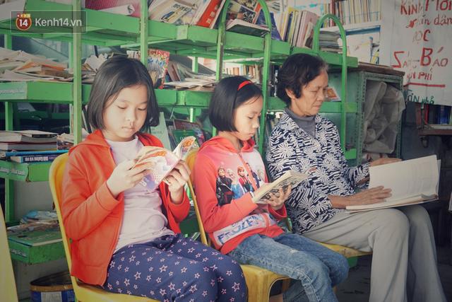 Cụ bà 73 tuổi trích lương hưu làm quầy sách báo miễn phí giữa Hà Nội: Từ lúc mở đến nay, ngày nào cũng nhận được quà - Ảnh 6.